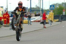 Homme faisant de la moto